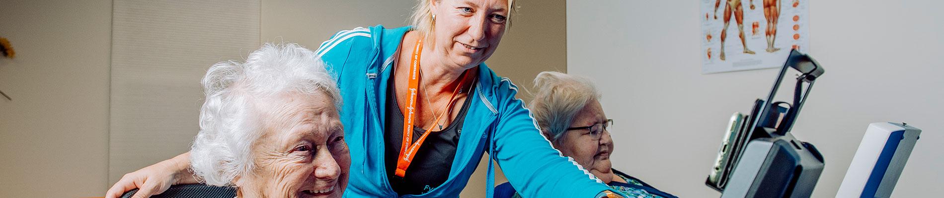 Twee vrouwen krijgen fysiotherapie bij zorggroep Liante