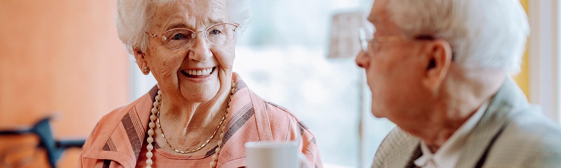 Header beeld Welzijn, bejaard echtpaar aan de koffie