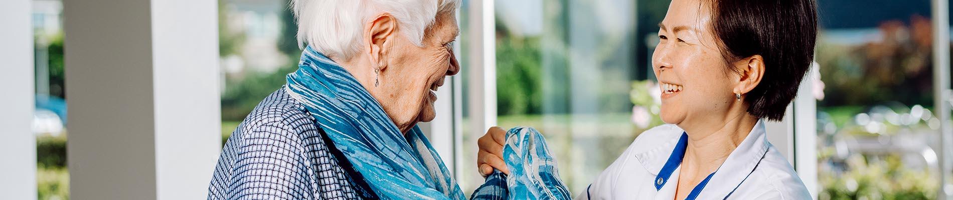 Mevrouw krijgt hulp bij het aankleden, header tarieven Liante