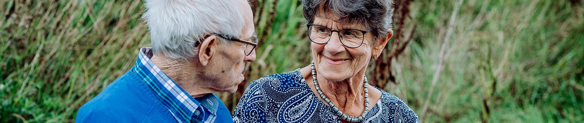 Bejaard echtpaar buiten, zorggroep Liante