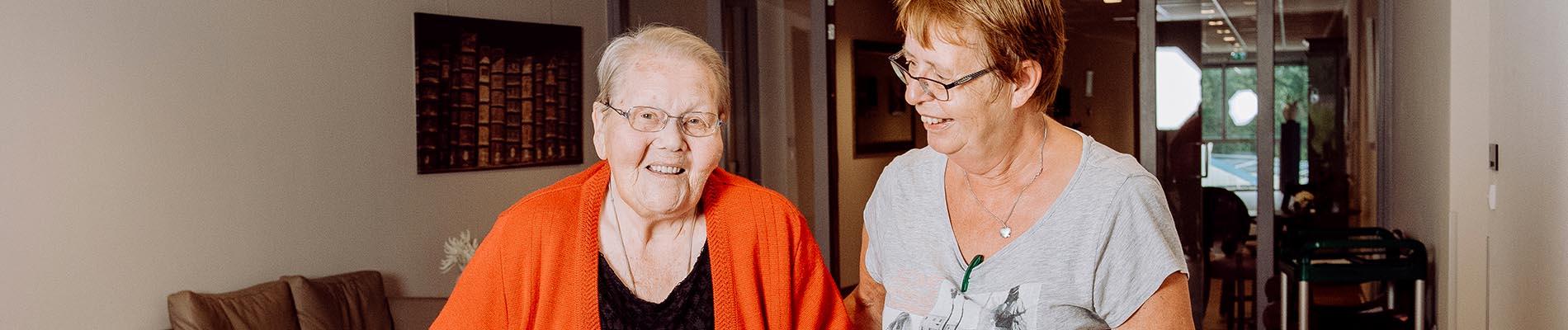 Oude mevrouw krijgt thuishulp op locatie Liante Zorggroep