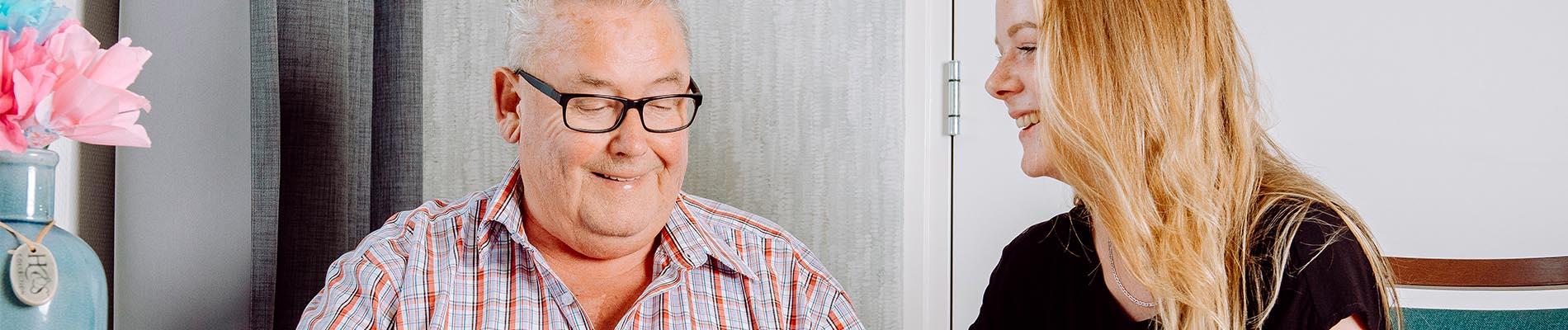 Oude meneer krijgt hulp op locatie Liante Zorggroep